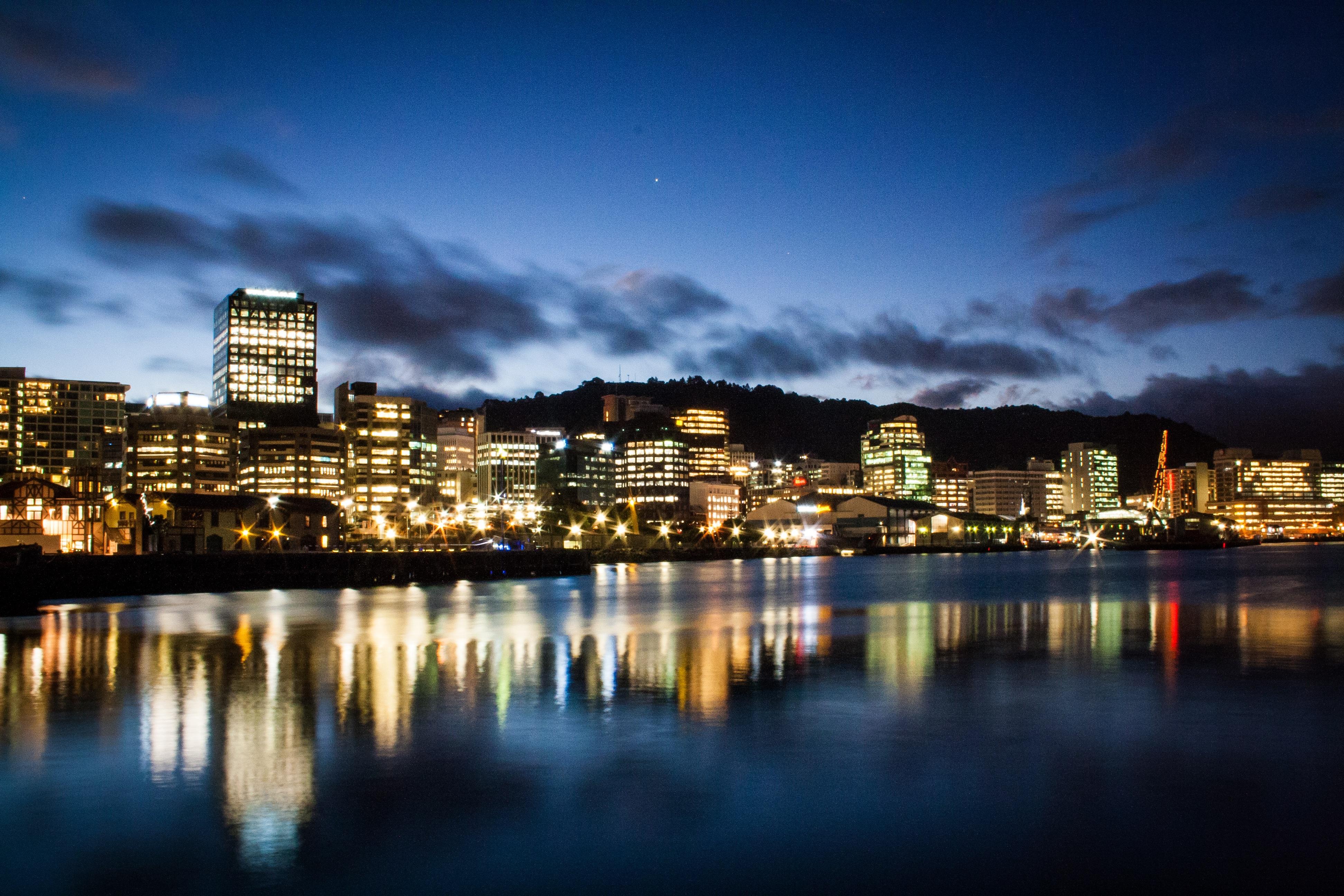 Der nächtliche Hafen von Wellington, Neuseeland
