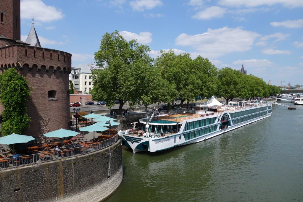 Flussfahrtschiff auf dem Rhein bei Köln