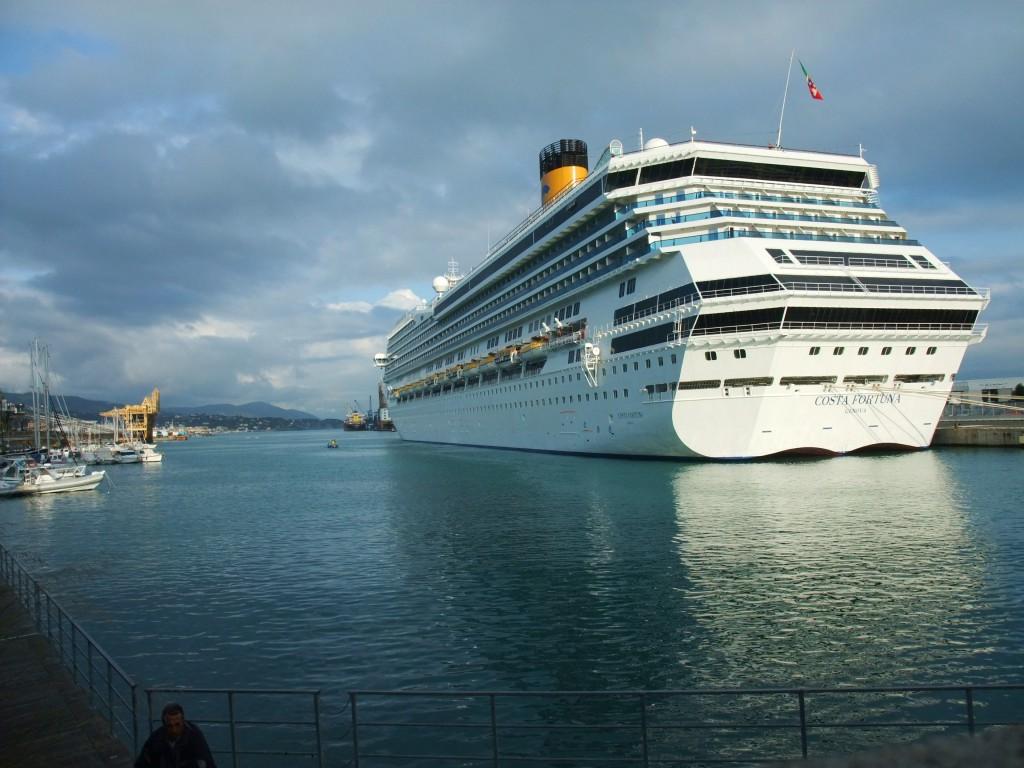 Die Costa Fortuna im Hafen von Savona