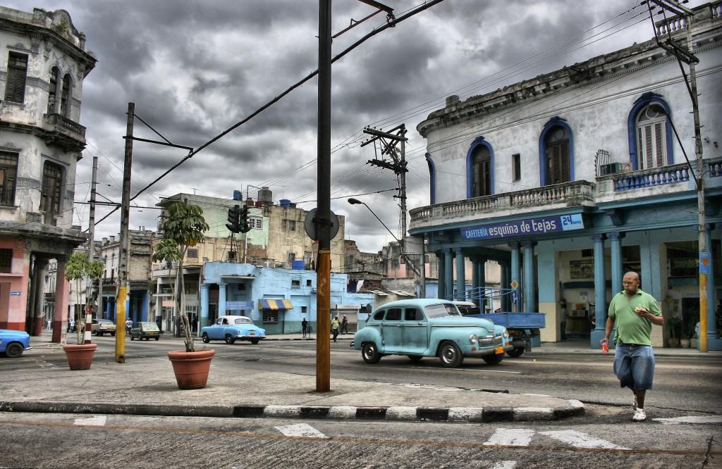 Die typischen Oldtimer prägen das Straßenbild in Havanna