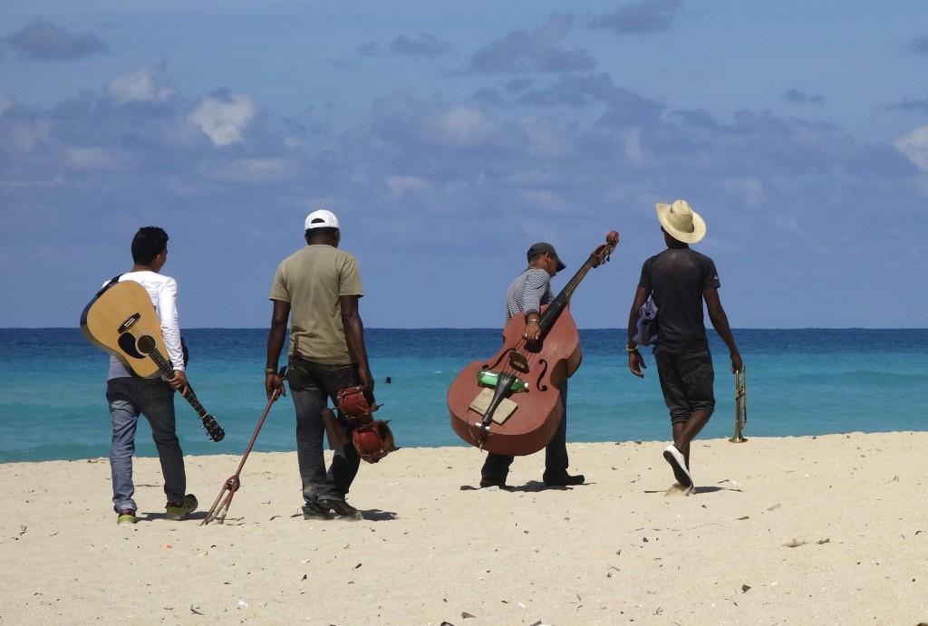 Kubanische Musiker am Strand